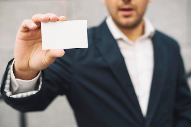 Homem mostrando cartão de visita em branco