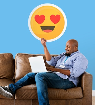 Homem, mostrando, coração, olhos, emoticon, sofá