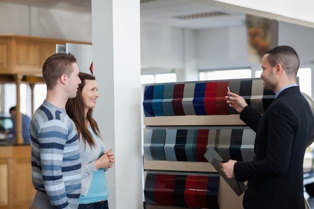 Homem mostrando diferentes cores nos clientes
