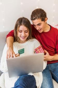 Homem, mostrando, em, tela laptop, com, dedo