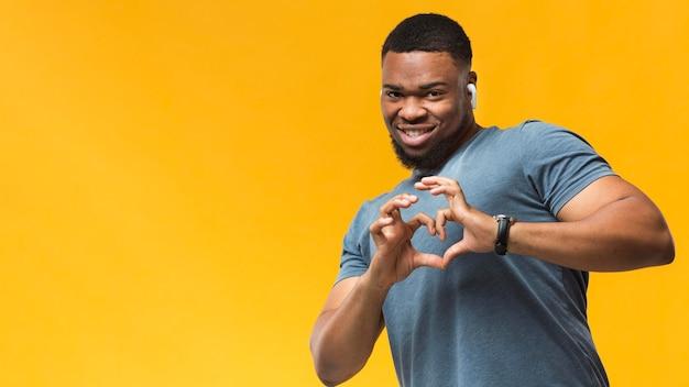 Homem mostrando formato de coração