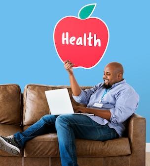 Homem, mostrando, maçã saudável, ícone, ligado, sofá