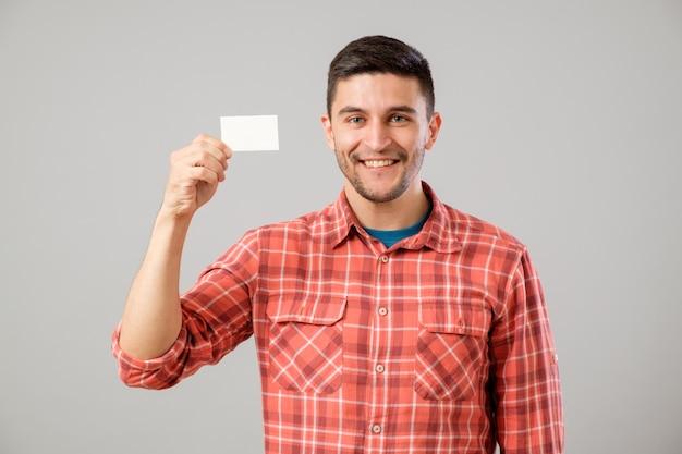 Homem mostrando o cartão de visita em branco