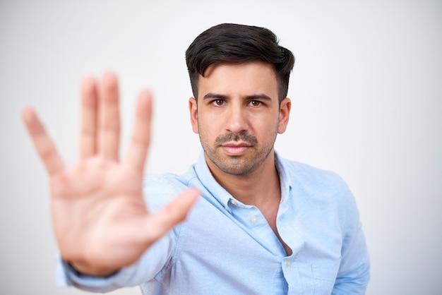 Homem mostrando o gesto de parada