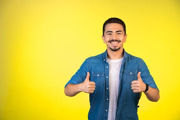 Homem mostrando os dois polegares para cima como forma de satisfação