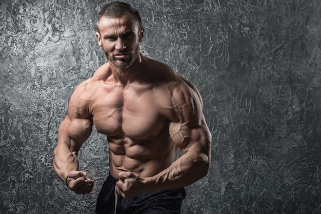 Homem mostrando seus músculos