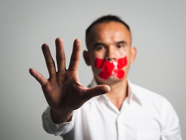 Homem mostrando sinal de stop gesto mão isolado no branco