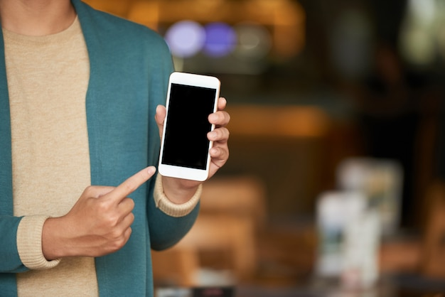 Homem mostrando smartphone