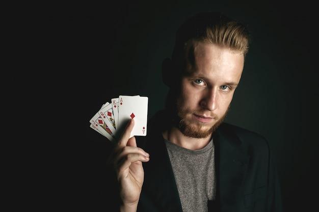 Homem mostrando truques com cartões