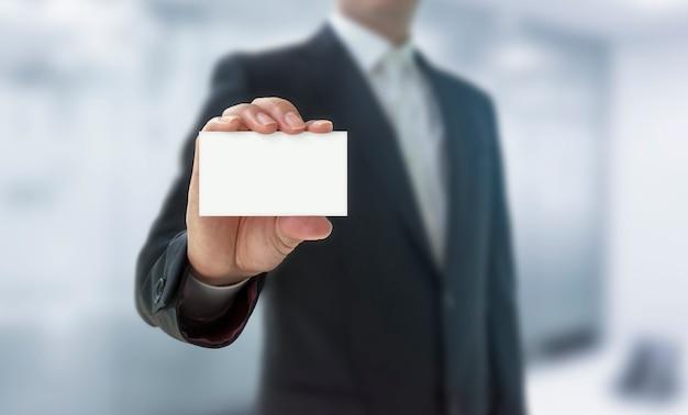 Homem mostrando um cartão de visita