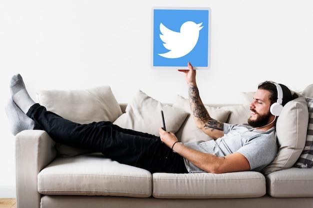 Homem, mostrando, um, twitter, ícone