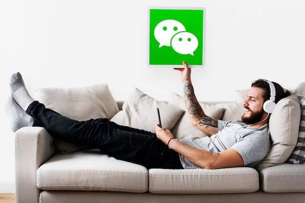 Homem, mostrando, um, wechat, ícone