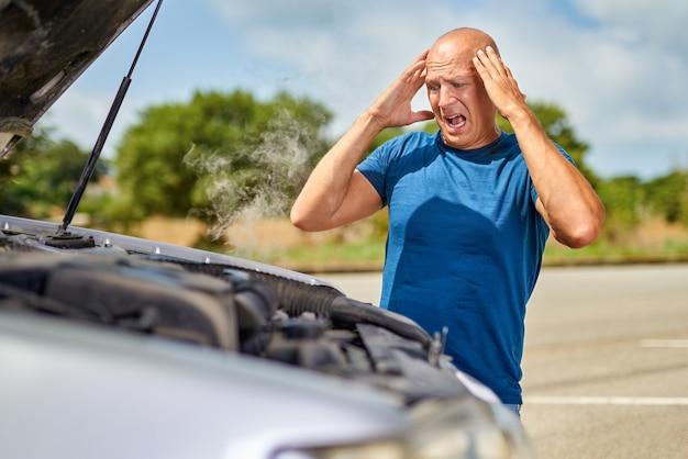 Homem motorista chateado na frente de acidente de automóvel acidente de colisão de carro na estrada.