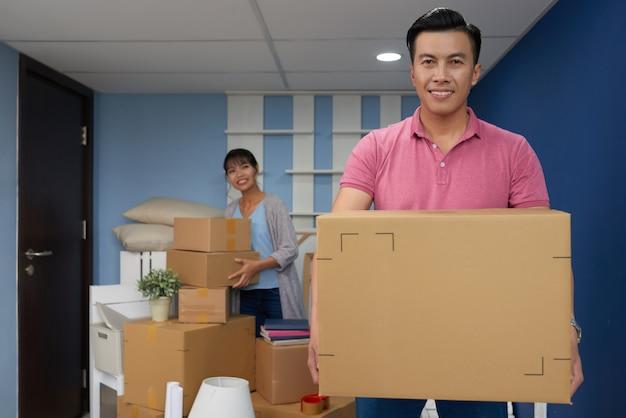 Homem movendo-se em nova casa
