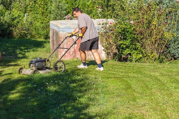 Homem, mowing, capim