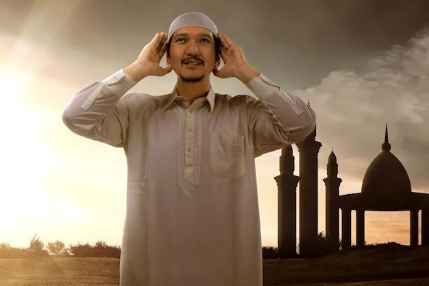 Homem muçulmano asiático religioso orando a deus