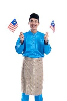 Homem muçulmano da malásia animado com bandeira sobre fundo branco