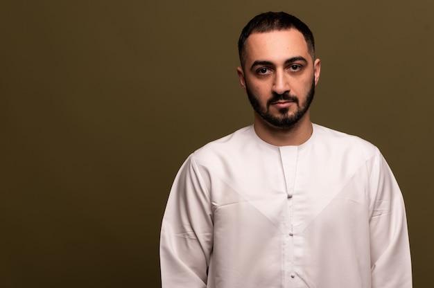 Homem muçulmano em hijab, retrato de um jovem árabe em trajes tradicionais