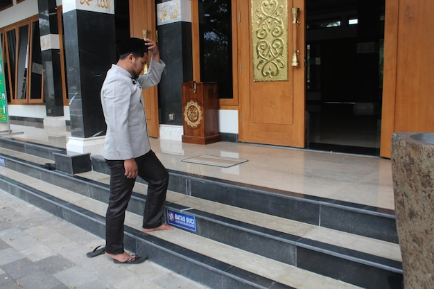 Homem muçulmano entrando na mesquita