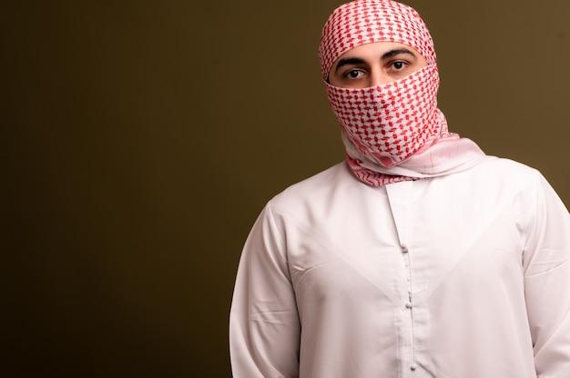 Homem muçulmano no hijab. retrato de um jovem árabe em trajes tradicionais. foto de alta qualidade