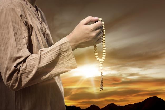 Homem muçulmano, orando, com, grânulos oração