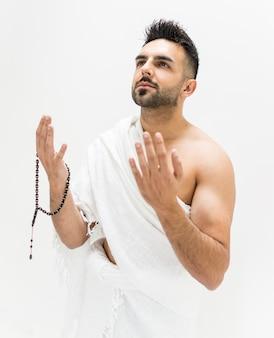 Homem muçulmano posando como pronto para o hajj visitar kaaba em meca