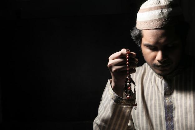 Homem muçulmano rezando durante o ramadã, close-up