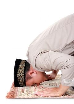 Homem muçulmano rezando no tapete
