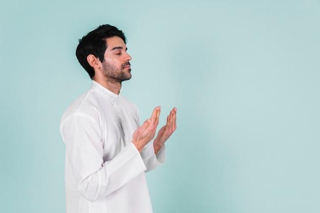 Homem muçulmano rezando