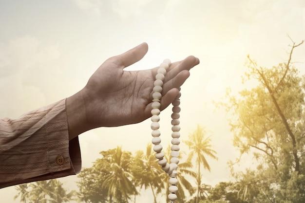 Homem muçulmano, segurando, contas oração
