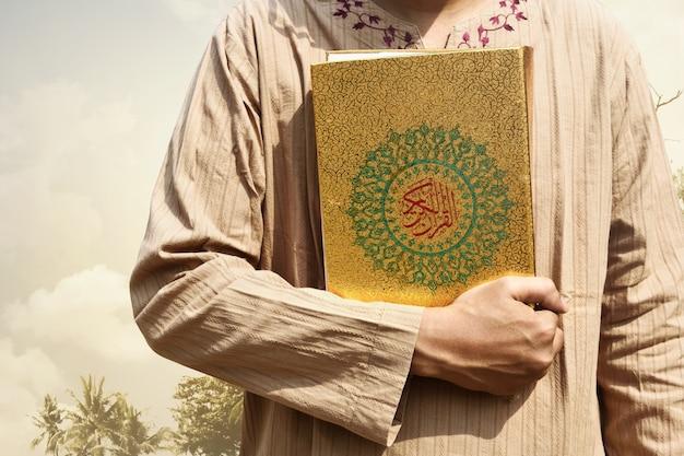 Homem muçulmano, segurando, quran