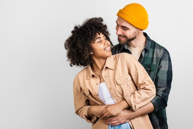 Homem mulher abraçando e olhando um ao outro