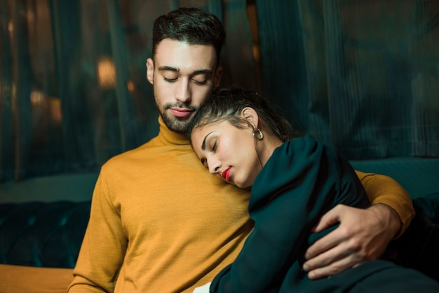 Homem, mulher abraçando, mentindo ombro