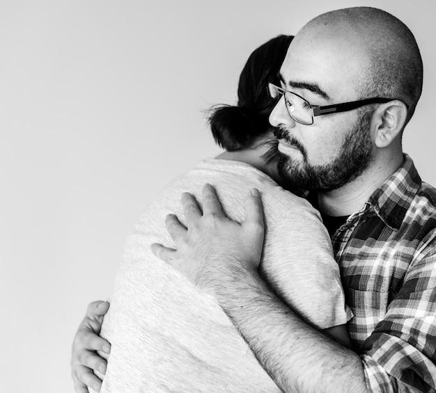 Homem, mulher abraçando