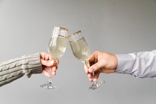 Homem mulher, brindar, flauta champanha, sobre, cinzento, fundo