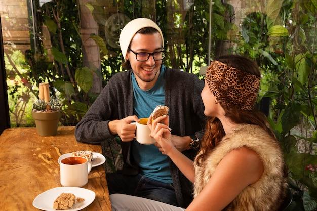 Homem mulher, café bebendo