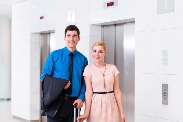 Homem mulher, chegando, hotel, lobby, com, mala