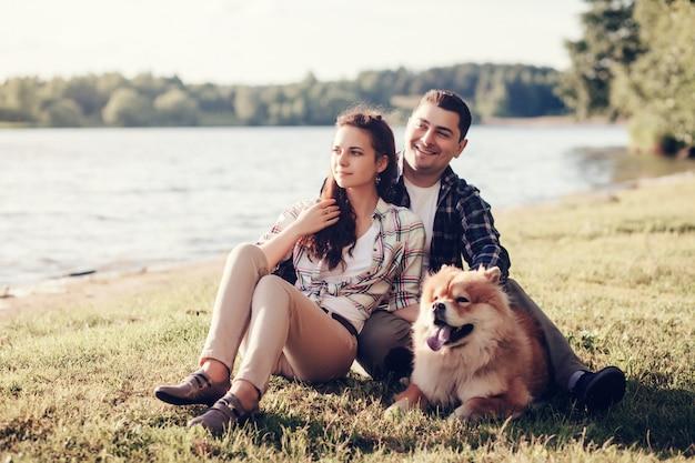 Homem mulher, com, cachorro chow chow