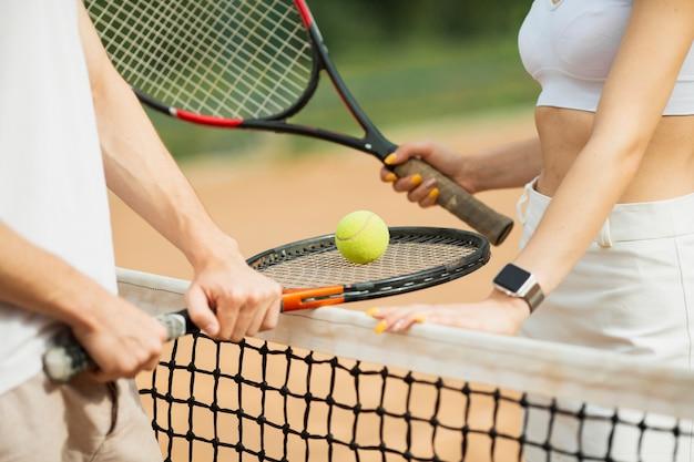 Homem mulher, com, raquetes tênis