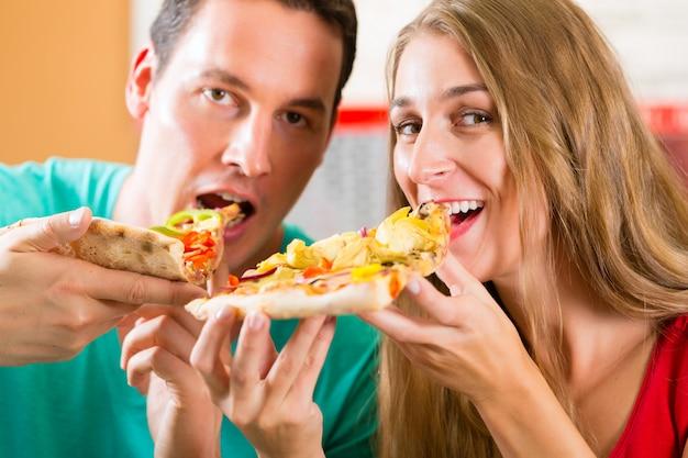 Homem mulher, comendo pizza