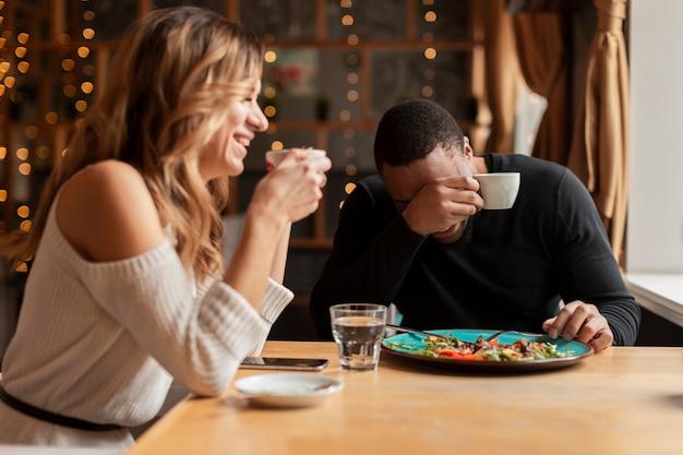 Homem mulher, comendo restaurante