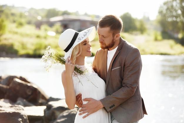 Homem mulher, em, chapéu, amor, e, abraços, relacionamento íntimo, e, amor, par