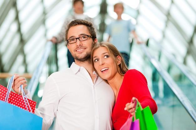 Homem mulher, em, shopping center