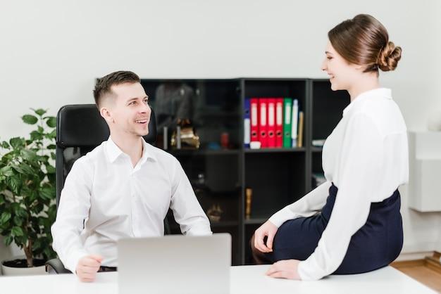 Homem mulher, em, trabalho, falando, e, sorrindo