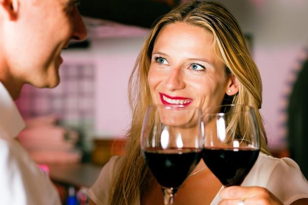 Homem mulher, flertar, em, bar hotel