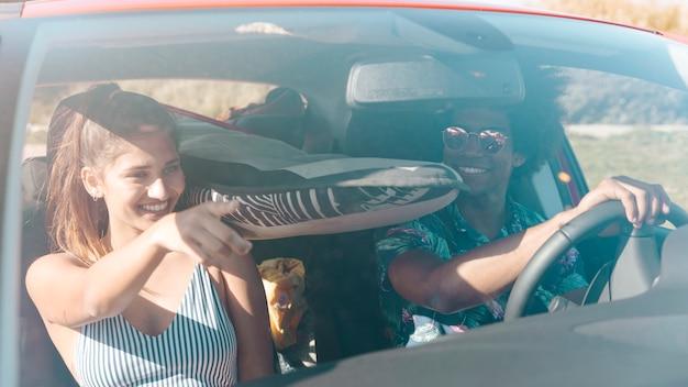 Homem mulher, montando, car, em, dia ensolarado