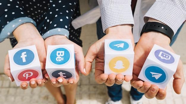 Homem mulher, mostrando, caixas, de, social, mídia, ícones