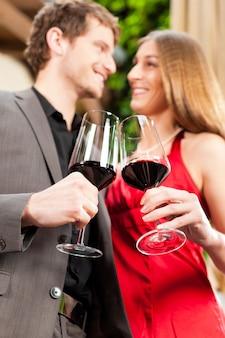 Homem mulher, provando, vinho, em, restaurante