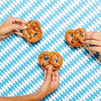 Homem mulher, segurando, pretzels