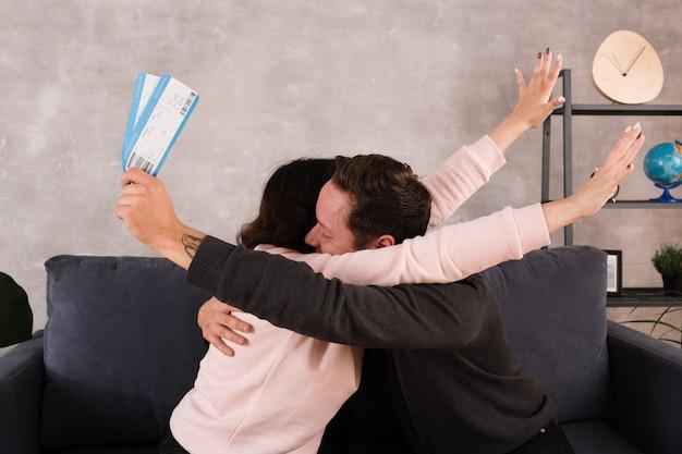 Homem mulher, sendo, feliz, dor, bilhetes avião